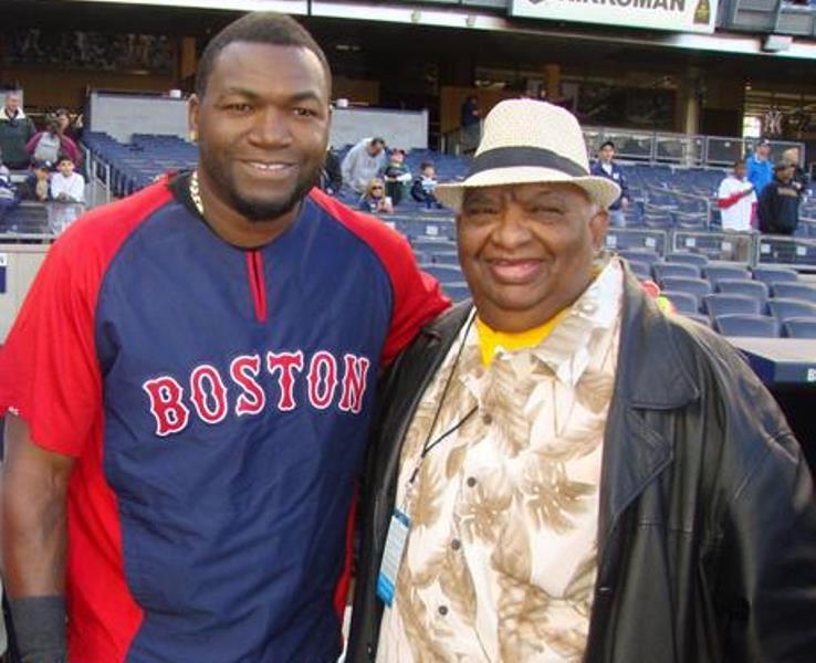 El dirigente deportivo Benito Mendoza, derecha, junto al astro David Ortiz, en foto de archivo. Foto fuente externa.