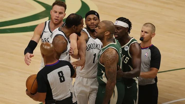 Kevin Durant y P.J. Tucker protagonizaron tenso momento en las semifinales de conferencia / Stacy Revere/Getty Images