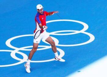 Novak Djokovic de Serbia en acción durante el partido por la medalla de bronce masculina individual contra Pablo Carreño Busta de España durante los eventos de tenis de los Juegos Olímpicos de Tokio 2020 en el Ariake Coliseum en Tokio, Japón, 31 de julio de 2021 (Tenis, Japón, España, Tokio ). (EFE/EPA/Rungroj Yongrit)