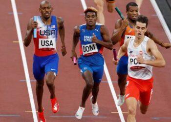 El equipo polaco (d) consigue la medalla de oro por delante de República Dominicana (c-plata) y Estados Unidos (i-bronce) en la prueba de relevos mixtos 4x400m de atletismo durante los Juegos Olímpicos 2020, este sábado en el Estadio Olímpico de Tokio (Japón). (EFE/Alberto Estévez)